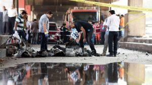 Viranomaiset tutkivat räjähdyksen jälkiä Italian konsulaatin edustalla Kairossa 11. heinäkuuta.