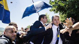 Henkivartijat yrittää suojella Serbian pääministeri Aleksandar Vučićia