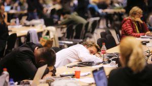 Toimittajat nukkuivat euroryhmän kokouksessa Brysselissä 12. heinäkuuta 2015.