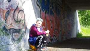 Santeri Salomaa ennen maalausurakkaansa istumassa sillan alla