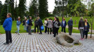 Vintage Kajaani -ryhmän jäseniä kokoontumassa Kajaanin linnan liepeillä.