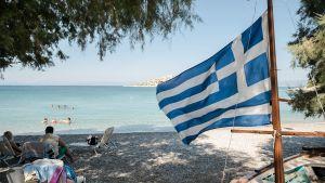 Auringonpalvojia kreikkalaisella rannalla.