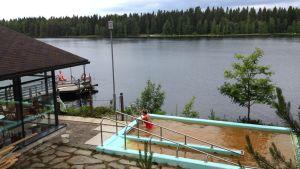 Uimareita Kajaanin Kylmäkaraisukeskuksella kesällä