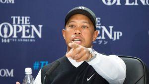 Tiger Woods lehdistötilaisuudessa.