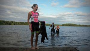 Triathlonisti Tiia Törrö nousee kylmästä Valkiaisjärvestä
