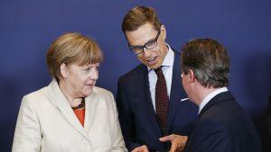 Saksan liittokansleri Angela Merkel, valtiovarainministeri Alexander Stubb ja Britannian pääministeri David Cameron EU-kokouksessa Brysselissä 23. huhtikuuta.