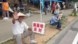Okinawalaiset osoittavat mieltää saarella olevia Yhdysvaltain sotilastukikohtia vastaan.