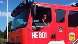 Ylipalomies Pekka Halkosaari paloautossaan.