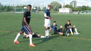 Farhan Omar treenaa joukkueen kanssa