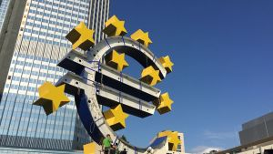 Euron symbolia puretaan euroopan keskuspankin edustalla Frankfurtissa.