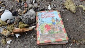 Kuvassa koulukirja purkutyömaalla