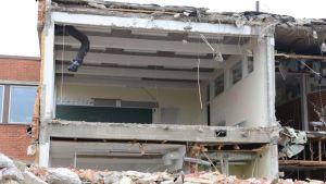 Kuvassa näkymä luokkahuoneeseen jonka sivuseinä on purettu.