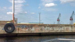 Kuva satamalaiturissa olevista piirroksista