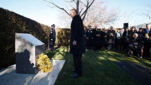 Australian pääministeri Tony Abbott muistomerkillä Canberrassa perjantaina.