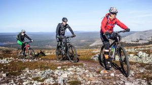 Pyöräilijöitä maastopyöräreitillä