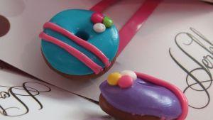 Pinneissä kiinni massasta tehdyt donitsit.