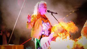 Laulaja-basisti Elli näyttää olevan lieskojen keskellä