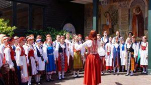 Jyväskyläläinen Vox Aurea -kuoro muodostuu lapsista ja nuorista. Kuoro esiintyy suomalaisissa kansallispuvuissa ja muun muassa Sibeliuksen Finlandia kuuluu konserttiohjelmistoon.