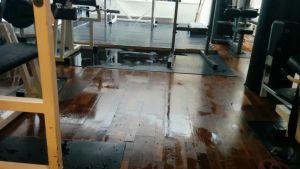 Vesivahingon jälkiä lattialla.