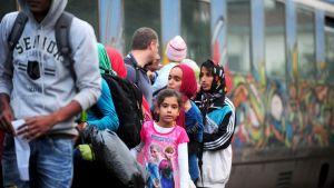 Maahanmuuttajia nousemassa pohjoiseen suuntaavaan junaan Kreikan ja Makedonian rajalla 30. kesäkuuta 2015.