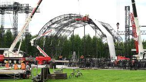 Konserttilavaa rakennetaan.