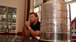 Kimmo Timonen ja Stanley Cup -pokaali.