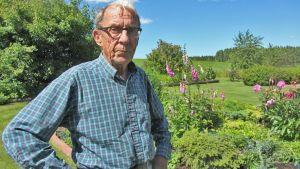 Professori ja graafikko Kyösti Varis rakennutti  vajaa 10 vuotta sitten talon Kymijoen rantaan Iitin Vuolenkoskelle. Hän suunnittelee edelleen julisteita