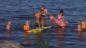 Eurajokelaiset lapset opettelevat uimaan meressä.