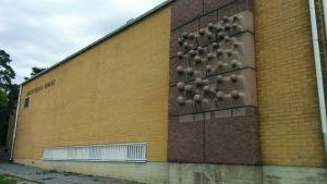 Kurittulan koulun seinä.