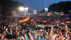 Saksan kannattajat seuraavat jalkapallon maailmanmestaruuskilpailuja Berliinissä.