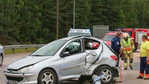 Henkilöauton kuljettaja loukkaantui kolarissa Haminantiellä, kun farmariauto ajoi kovalla vauhdilla päin