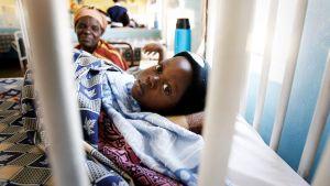 Malariaan sairastunutta pikkupoikaa hoidetaan sairaalassa.
