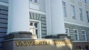 Tarton yliopiston päärakennus. Universitas Tartuensis -nimikilpi on rakennuksen julkisivun alaosassa.