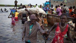 Pakolaiset eteläisestä Sudanista ylittivät Niili-jokea Sudanissa 2. maaliskuuta 2014.