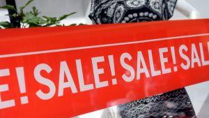 Kaupalla on mennyt pitkään huonosti ja hintakilpailu on kovaa. Alennusmyynnin mainoksia vaateliikkeen näyteikkunassa Helsingissä keskiviikkona 22. heinäkuuta 2015.