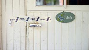 Poliisin eristysnauha perhekoti Metsolassa Muhoksella 25. heinäkuuta.