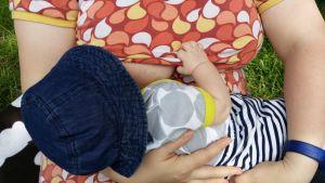 äiti imettää lastaan