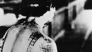 Kimonokankaan kuviot paloivat Hiroshiman atomipommin uhrin ihoon kuin polttomerkit.
