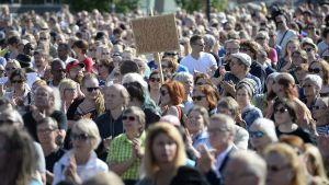 Ihmisiä monikulttuurisuutta pulustavassa mielenosoituksessa Helsingin Kansalaistorilla 28. heinäkuuta 2015.