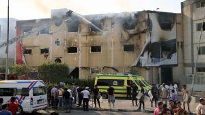Tulipalo huonekalutehtaassa Kairon ulkopuolella, sammutustyö käynnissä.
