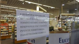 Ilmoitus e-reseptipalvelun laajasta toimintahäriöstä apteekin ikkunassa Kampin kauppakeskuksessa Helsingissä 29. heinäkuuta.