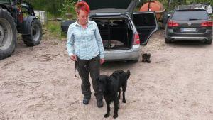 Leena Kähönen toi Blackie-koiransa jäljestämiskokeeseen Korialle