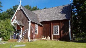 Punamultamaalattu Seilin kirkko.