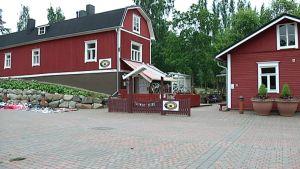 Punainen kahvila leikkipuiston kupeessa.