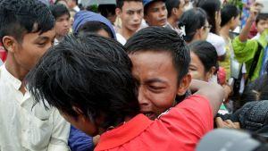 Inseinin vankilasta vapautunut tapasi perheensä Yangonissa, Myanmarissa 30. heinäkuuta.