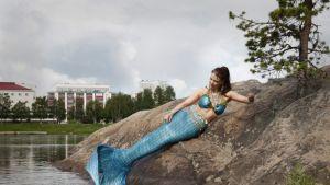 """11 kilon pyrstön kanssa uiminen vaatii taitoja, joita Neea """"Nerissa"""" Pauri on hionut sukellus- ja sirkusharrastuksissaan."""