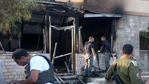 Israelilaiset turvajoukot tutkimassa äärikansallismielisten juutalaisten polttamaa taloa Dumassa 31. heinäkuuta.