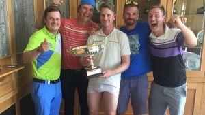 Golffari Roope Kakko juhlii taustajoukkoineen voittoa