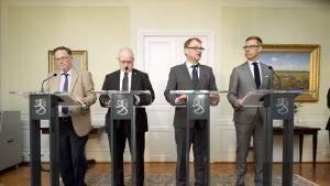 Kuvassa on vasemmalta lukien yhteiskuntasopimuksen selvitysmieheksi valittu ex-valtakunnansovittelija Juhani Salonius, oikeus- ja työministeri Jari Lindström (ps), pääministeri Juha Sipilä (kesk) ja valtiovarainministeri Alexander Stubb (kok) tiedotustilaisuudessa pääministerin virka-asunnolla Kesärannassa Helsingissä 3. elokuuta.