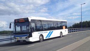 Kuopion Liikenteen paikallisbussi Saaristokadulla